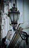 在一古老wal的老街道路灯柱 库存照片