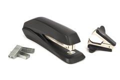 在一句白色背景谎言订书机为订书机和反订书机钉 库存照片