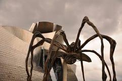 在一只巨大的蜘蛛的腿之间叫Maman 免版税库存图片