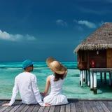 在一只海滩跳船的夫妇在马尔代夫 免版税库存照片