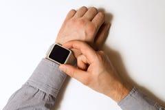 在一只男性手上的巧妙的手表 库存图片