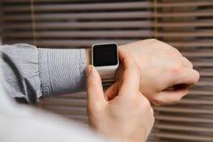 在一只男性手上的巧妙的手表 免版税库存图片