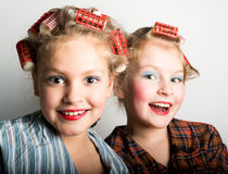 在一只眼睛前面的两个嬉戏的十几岁的女孩 免版税图库摄影