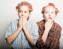 在一只眼睛前面的两个嬉戏的十几岁的女孩 免版税库存照片