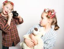 在一只眼睛前面的两个嬉戏的十几岁的女孩 免版税库存图片