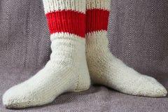 在一只红色和白色袜子的腿 免版税库存照片