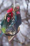 在一只老冰鞋的圣诞节装饰 图库摄影