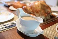 在一只被烘烤的火鸡旁边的小汤 免版税图库摄影