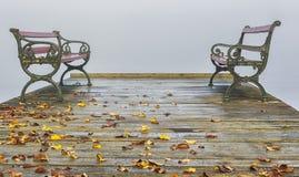 在一只跳船的长凳在一有雾的秋天天 图库摄影