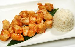 在一只辣甜调味汁油煎的鸡的鸡在天麸罗,用Sriracha调味汁,与米一道配菜  免版税库存照片