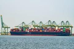 在一只集装箱船的货物操作在中国 图库摄影