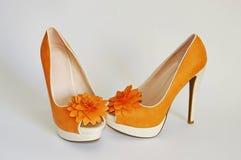 在一只高跟鞋的橙色鞋子 免版税库存图片