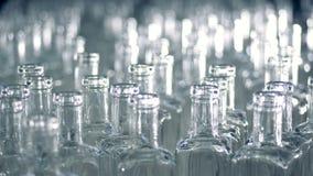 在一台传动机的许多玻璃瓶在工厂 4K 影视素材