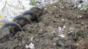 在一台便携式的凿岩机和土壤的木钻 地质 影视素材