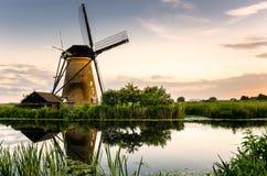 在一台历史的风车的日落 免版税库存图片