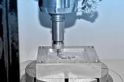 在一台工业铣床的金属零件 蓝色定调子 图库摄影