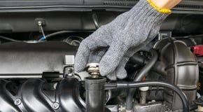 在一台幅射器的手开放阀门金属盖子引擎冷却的 免版税库存照片