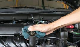 在一台幅射器的手开放阀门金属盖子引擎冷却的 库存照片