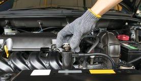 在一台幅射器的手开放阀门金属盖子引擎冷却的 免版税库存图片