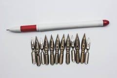 在一台打字机的手在一支木和一支白色板料和圆珠笔 减速火箭的样式 库存图片