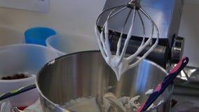 在一台搅拌器的奶油蛋糕的 酥皮点心搅拌器在工作以后 库存照片