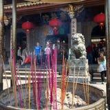 在一台燃烧器的五颜六色的香火在Nanputuo佛教寺庙前面在厦门市,中国 免版税库存图片