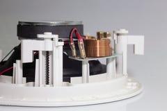 在一台白色扩音器的铜丝卷 图库摄影