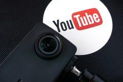 在一台箱子和摄象机的Youtube商标 库存图片