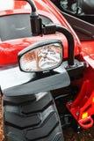 在一台红色拖拉机的标志灯特写镜头 库存图片