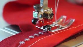 在一台缝纫机后的裁缝 股票视频