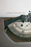 在一台老古色古香的打字机键入的愉快的情人节 免版税库存照片