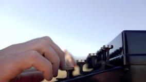 在一台老打字机的人类型本质上 男性手按打字机键关闭  影视素材