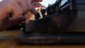 在一台老打字机的人类型本质上 男性手按打字机键关闭  股票视频