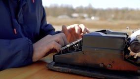 在一台老打字机的人类型本质上 男性手按打字机键关闭  股票录像