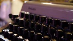 在一台老打字机的钥匙的信件 在被模仿的古色古香的摄影葡萄酒的老打字机 关闭照片  股票录像