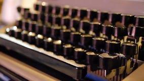 在一台老打字机的钥匙的信件 在被模仿的古色古香的摄影葡萄酒的老打字机 关闭照片  图库摄影