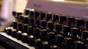 在一台老打字机的钥匙的信件 在被模仿的古色古香的摄影葡萄酒的老打字机 关闭照片  库存图片