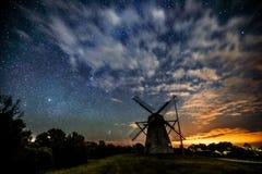 在一台老木风车上的满天星斗的天空 免版税库存照片