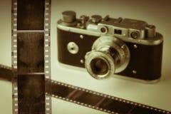 在一台老模式照相机的背景的影片 葡萄酒定调子 免版税库存照片