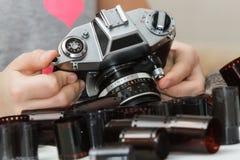 在一台老照相机的手上与影片的 免版税图库摄影