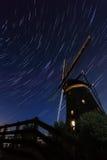 在一台老荷兰风车上的Startrails 库存图片