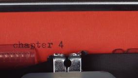 在一台老葡萄酒打字机第4章-键入 打印在红色纸 红色纸被插入入打字机 股票视频