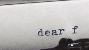 在一台老葡萄酒打字机-键入的亲爱的朋友 股票视频