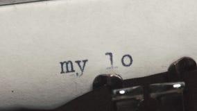 在一台老葡萄酒打字机-键入的我的爱 股票视频