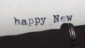 在一台老葡萄酒打字机-键入的新年快乐 影视素材