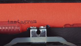 在一台老葡萄酒打字机-键入的Instagram 打印在红色纸 红色纸被插入入打字机 影视素材