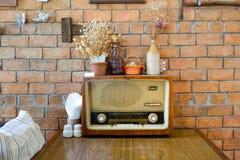 在一台老葡萄酒收音机的干燥花 免版税库存照片