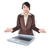 在一台膝上型计算机外面的美丽的妇女企业家有开放胳膊的 免版税库存照片