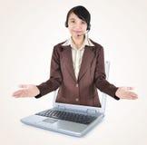 在一台膝上型计算机外面的美丽的妇女企业家有开放胳膊的 库存照片