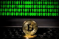 在一台膝上型计算机的Bitcoin有二进制编码屏幕的  库存照片